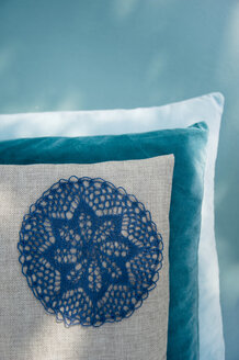 Cushion with applicated crochet tablecloth - GISF000213