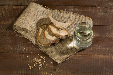 Brown bread on wood, slices, spikes - MAEF011463