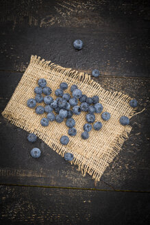 Blueberries on jute and wood - MAEF011465