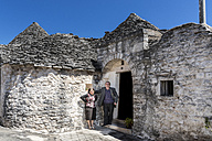 taly, Apulia, Alberobello, couple in front of Trullo - CSTF001057