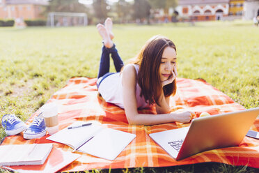 Student at the park learning at the laptop - GIOF000946