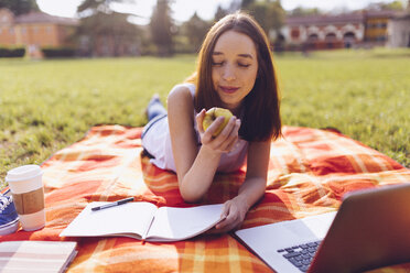 Student at the park, eating an apple - GIOF000949