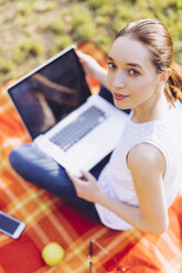 Student at the park learning at the laptop - GIOF000952