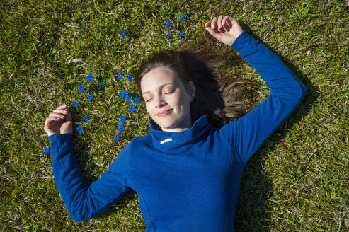 Relaxed woman lying in grass - DIGF000485