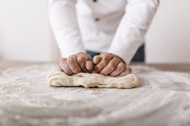 Chef preparing dough for ravioli - JRFF000648