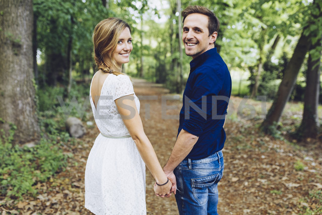 Portrait of happy couple in love in nature - GIOF000964