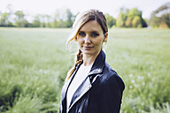 Portrait of blond young woman on a meadow - GIOF000991