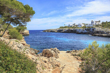 Spain, Mallorca, View to Cala Esmeralda, bay at Cala D'or - VT000517