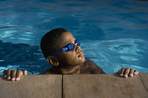 Boy in swimming pool - MAUF000577
