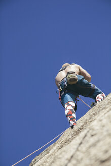 Man climbing without hands - ABZF000508