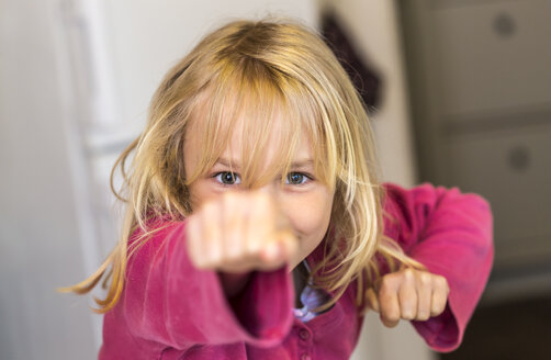 Little girl training self defence - JFEF000782