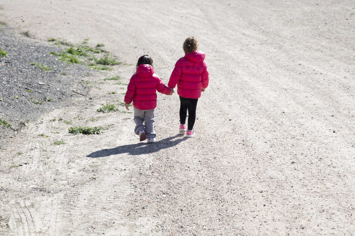 Back view of two little sisters walking hand in hand - ERLF000170 - Enrique Ramos/Westend61