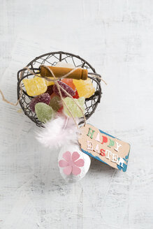 Happy Easter tag on basket with jelly eggs - MYF001482
