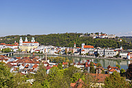 Germany, Bavaria, Lower Bavaria, Passau, View of St Stephans Cathedral and Veste Oberhaus, Innstadt and Inn river - SIEF007014