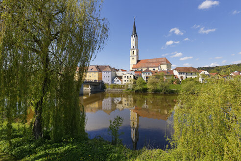 Germany, Bavaria, Lower Bavaria, Vilshofen, parish church and Vils river - SIEF007017