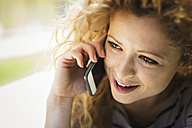 Portrait of woman telephoning with smartphone - GIOF001049
