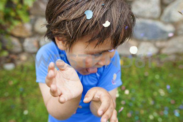 Lttle boy playing with confetti - VABF000499