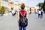 Italy, Verona, woman with backpack in the city - GIOF001051