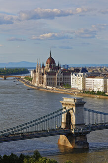 Hungary, Budapest, View to Pest with parliament building, Chain bridge and Danube river - GFF000592