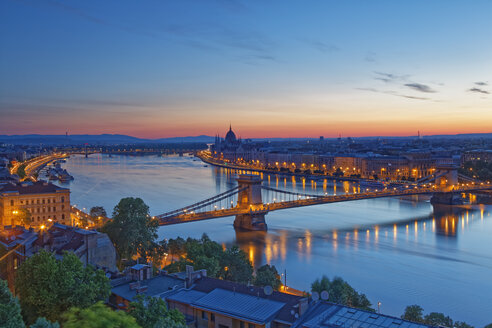 Hungary, Budapest, Danube river, Parliament Building and Chain Bridge, afterglow - GFF000601