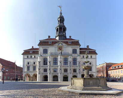Germany, Lower Saxony, Luneburg, Townhall and fountain - KLR000321