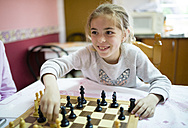 Little girl playing chess - RAEF001177