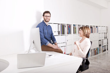 Two smiling colleagues in an office - MFRF000636