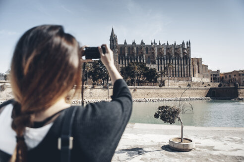 Spain, Mallorca, Palma, tourist taking picture of La Seu cathedral - GDF000992