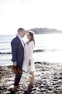 Spain, Majorca, pregnant woman with man on beach - GDF000995