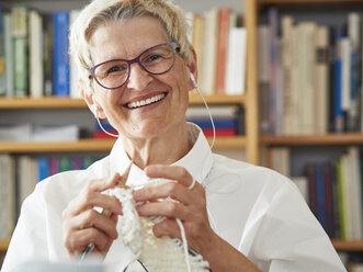 Portrait of knitting senior woman - DISF002493