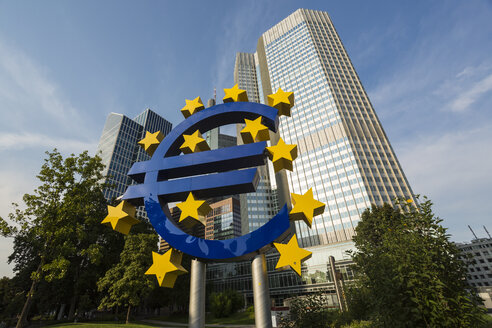Germany, Frankfurt, big Euro symbol and skyscrapers of European Central Bank in the background - TAMF000476