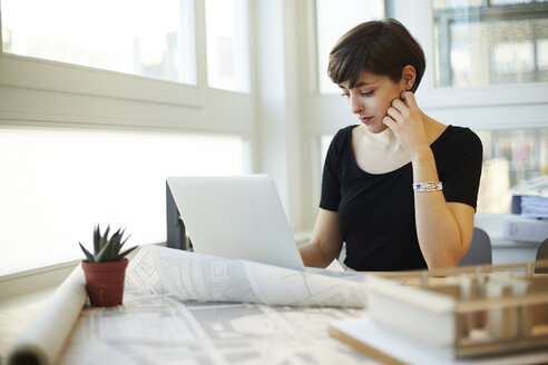Portrait of architect using laptop in her office - TSFF000038