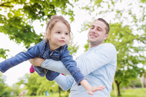 Father playing with daughter in park - HAPF000497