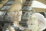 Smiling bride in car - FCF000967