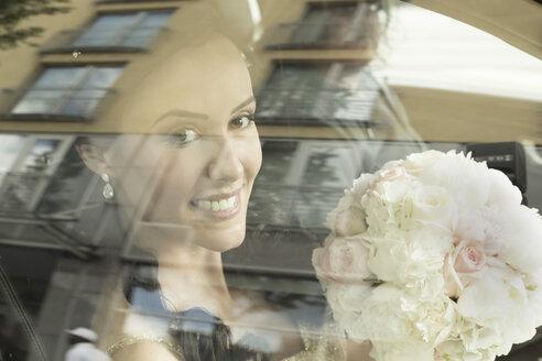 Smiling bride in car - FCF000967