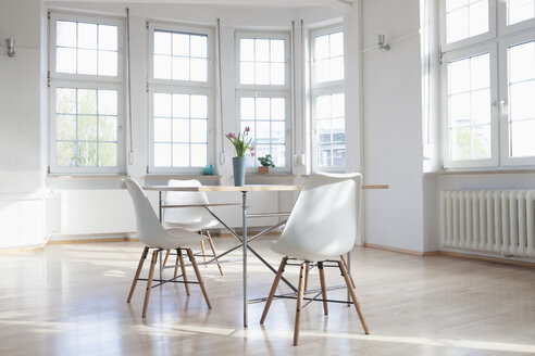 Home interior with table and chairs - RBF004547