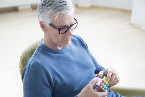 Mature man with Rubik's cube - RB004586