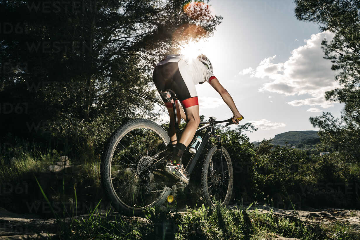 Mountain biker on the move in backlight - JRFF000715 - Josep Rovirosa/Westend61