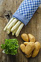 White asparagus, potatoes and parsley on wood - ODF001381