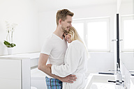 Couple cuddling in bathroom - SHKF000595