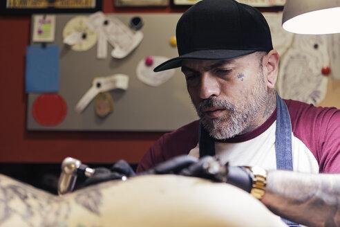 Tattoo artist tattooing a woman - XCF000092