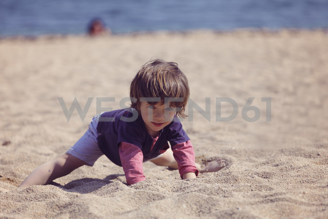 Little boy playing on the beach - XCF000095 - Xose Casal/Westend61