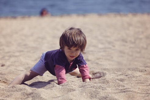 Little boy playing on the beach - XCF000095
