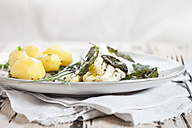White asparagus with browned butter, fried sage leaves, boiled potatoes and chives - SBDF002949