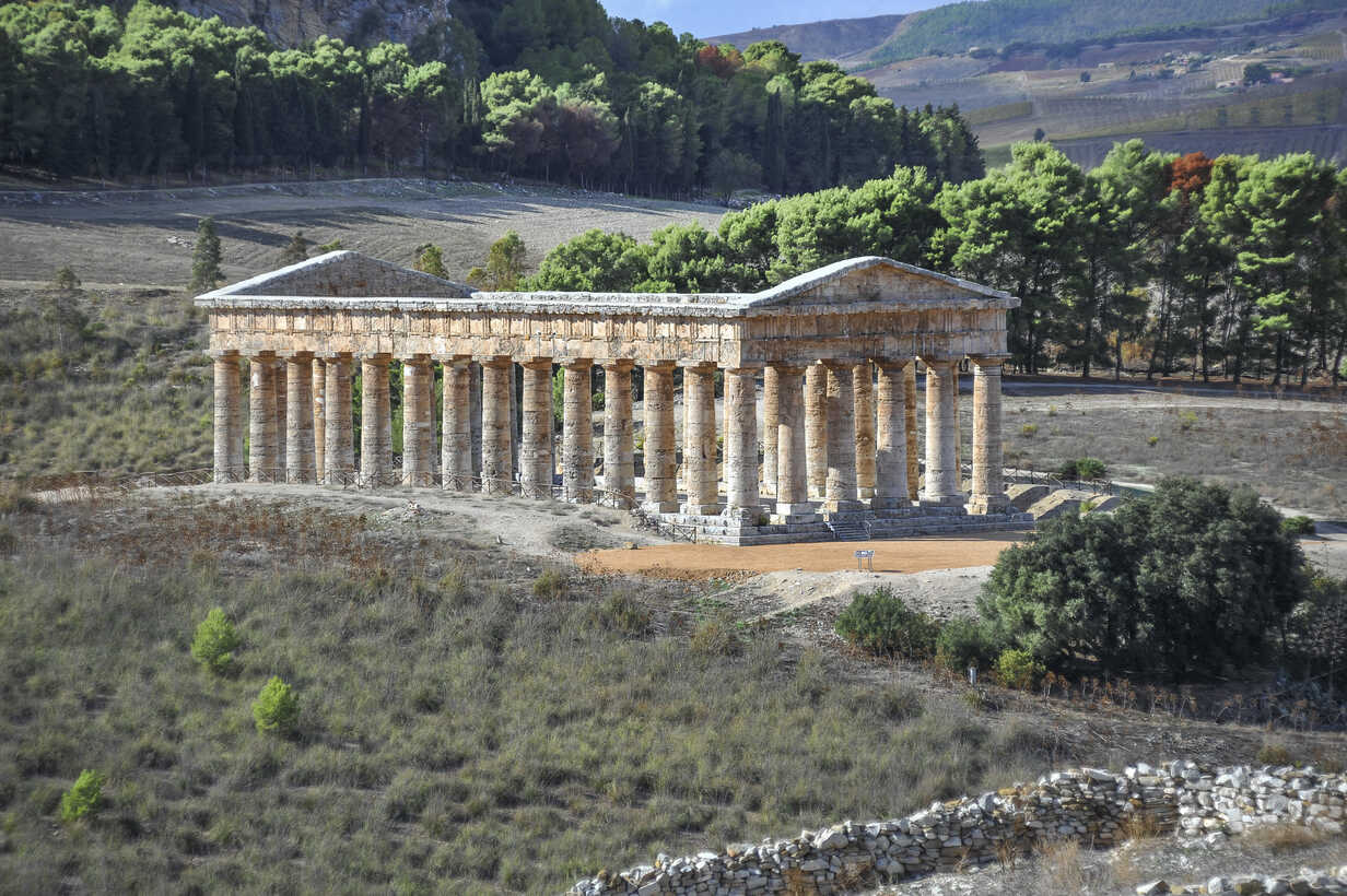 Italy, Sicily, Segesta, view to ancient Greek temple ruin - HWOF000118 - HWO/Westend61