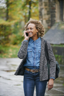 Portrait of smiling woman telephoning with smartphone - JCF000013