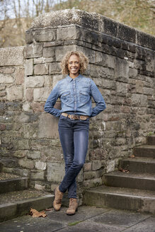 Portrait of smiling woman wearing denim shirt and jeans - JCF000028