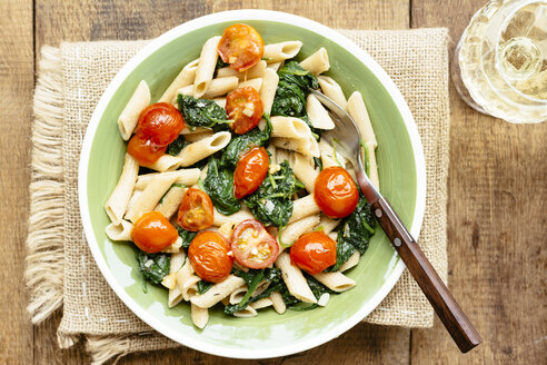 Wholegrain Penne Pasta with Spinach, Garlic and Tomatoes - HAWF000933