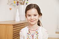 Portrait of smiling little girl - MFF002980
