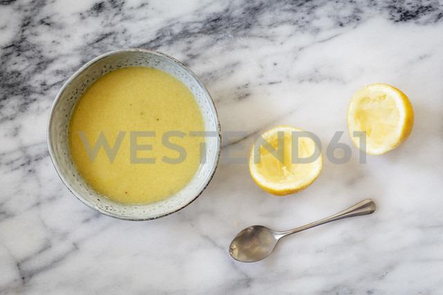 Bowl of vinaigrette dressing with lemon - EVGF002971 - Eva Gruendemann/Westend61